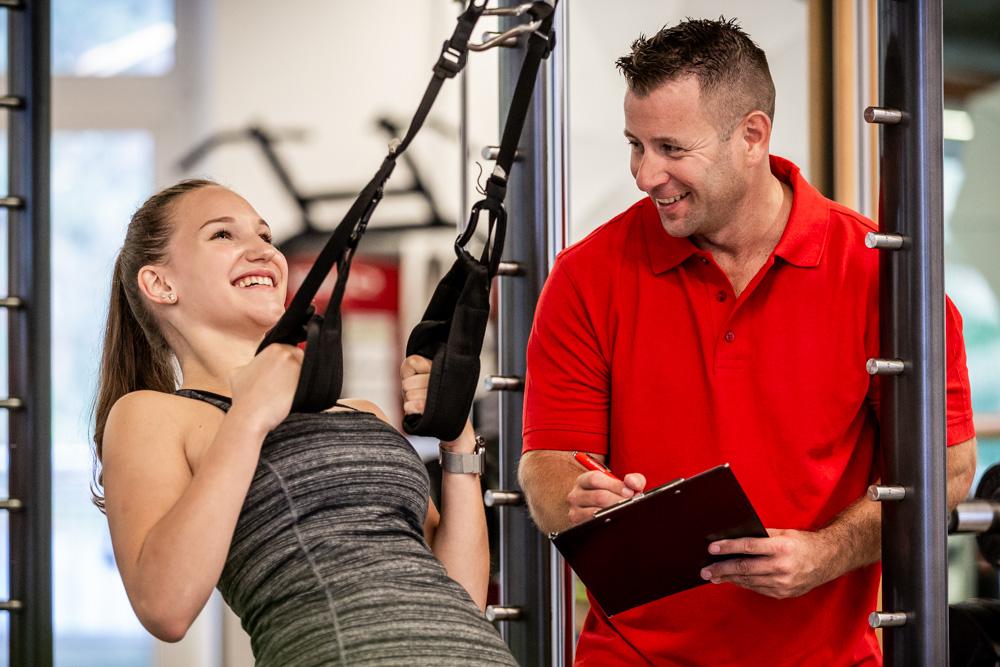 Personaltrainer Thomas Sackl mit Model beim Slingtrainer